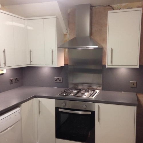 Fully Fitted kitchen. Matching worktop and splasback with pelmet and plinth lighting