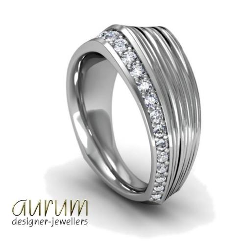 Bespoke ring in platinum with diamonds